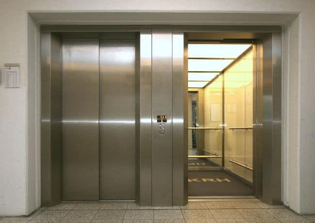 Neuer Glanz, beschränkt haltbar: Moderne Aufzüge haben oft eine geringere Lebensdauer als ältere Anlagen und müssen noch sorgfältiger und umsichtiger geplant werden