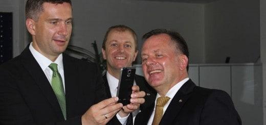 N+P Geschäftsführer Jens Hertwig (li.) erläutert Sachsens Wirtschaftsminister Martin Dulig (r.) auf einem Smartphone den Stand von Augmented Reality bei N+P